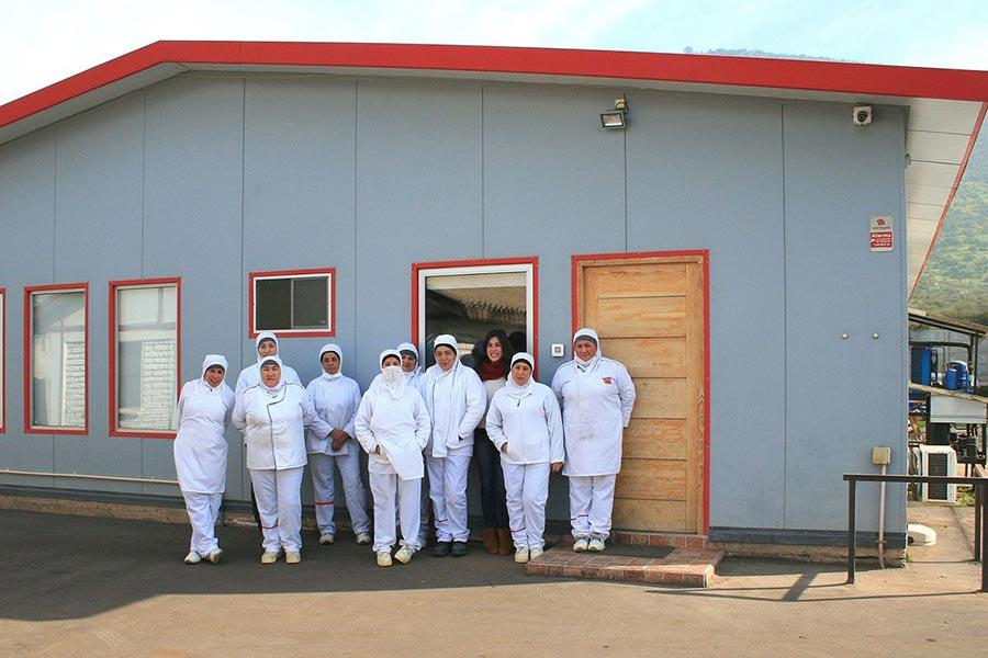 Personal de Producción de la fábrica de pastas Verona Alimentos posando fuera de la planta