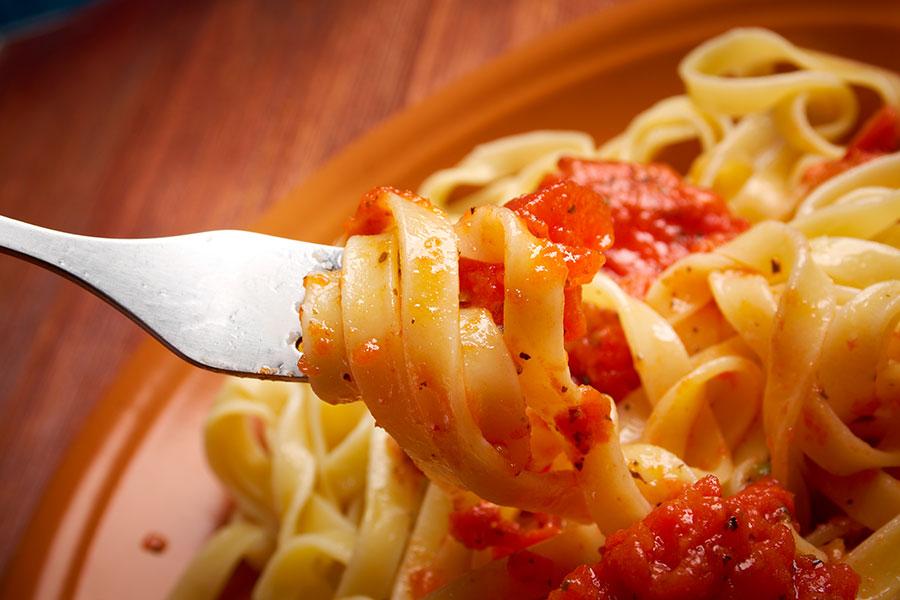 Fetuccines en tenedor para representar la hsitoria de Verona Alimentos